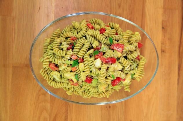 pesto-soslo-avokadolu-makarna-salatasi-632x421
